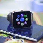 Smartwatch Zeblaze Rover sobre un móvil