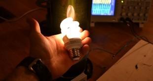 Energía inálambrica WiFi encendiendo bombilla