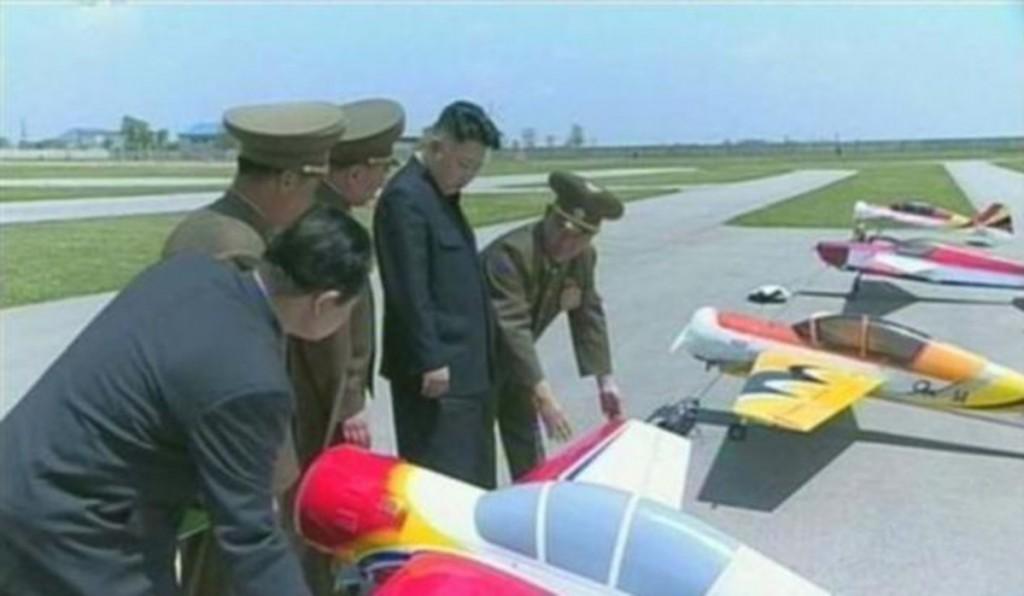 Kim Jong-un inspeccionando drones